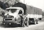 Somua JL17 cabine Cottard sur la parking d'un relais routier 1956