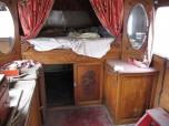 vue de l'intérieur avant restauration : rideaux et draps d'époque