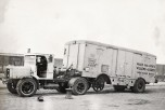 Tracteur Willème soulevant un wagon rail route