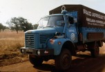 raid Afrique1973 Berliet L64 bleu sur une piste