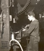 forge : ébarbage à la presse en 1962
