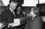 14 Paul Berliet  reçoit un cadeau de la veuve de Chou en Lai en 1980