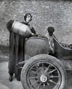 chauffeur et bidon d'essence 1909