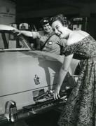 Simca Vedette 1955 dans station Esso