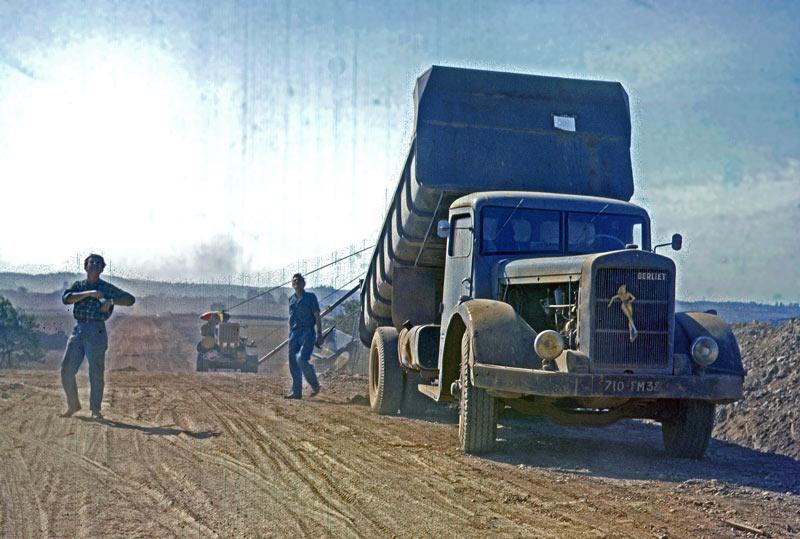 Berliet GDR pose pipeline 1961