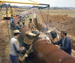 Chantier ouvriers pose pipeline 1961
