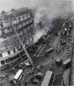 Incendie à Paris en 1974, pompiers en action avec vue de plusieurs véhicules dont une échelle Metz au premier plan